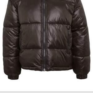 """Någon som säljer den här bruna """"benita puffer jackan"""" för ett billigt pris?"""