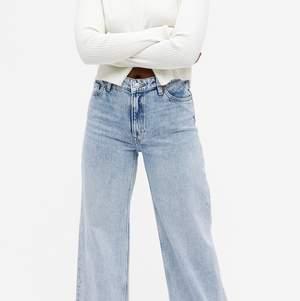 Ljus blåa jeans från Monki i modell yoko. Använda ett tag, men har inga slitningar och är i väldigt bra skick. Det är dock lite slitningar på Monki lappen, skrolla för att se bilden på lappen. Köpte jeansen för 400 kr men säljer de för 200. Köparen står för frakten.