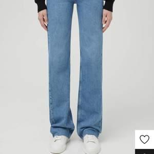 Jätte fina jeans som är väldigt lite använda. Säljer dom för att dom är för stora. Storlek 36 men för mig som är 34/36 är dom lite för stora i midjan. NYPRIS 400kr Säljer för 250