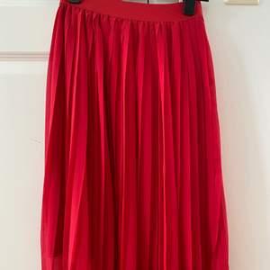 Röd plisserad kjol. Nyskick💕