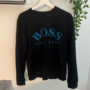 Hugo boss tröja i svart och blå, bra skick.