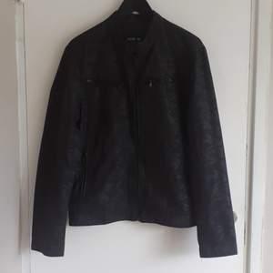 NY Camouflage jacka i STRL L från ADW-58, aldrig använd då det ej var sambons stil. Djur& rökfritt hem!