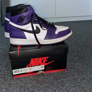 Hej!! Säljer mina Jordan 1 high court purple i storlek 41. Jag är en storlek 40 men dess passar perfekt, bra skick och inte så använda. Skulle säga att de är cond 8/10. På StockX ligger nya just nu på ca 3300kr