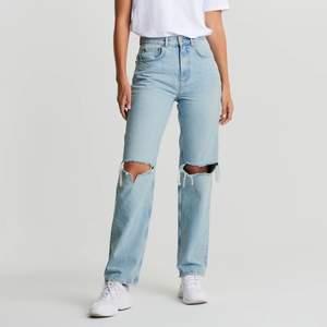 Säljer min snygga jeans från Gina tricot då dom ej kommer till användning längre, super snygga och fint skick. Frakt tillkommer!