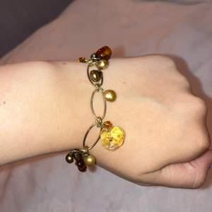 Säljer detta gulliga armband med gulliga berlocker i en brun färgskala. Låset är magnet vilket gör de super lätt att sätta på sig armbandet själv🤍😊 För mer bilder/info bara dm:a mig:)