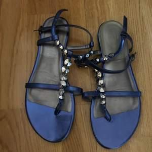 Blåa sandaler med nitar, lite balenciaga inspirerade. Strl 38, knappt använda så toppenskick.