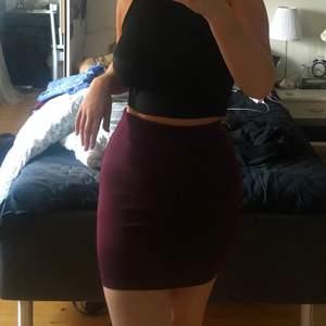 frakt ingår i pris!  otroligt skön och snygg vinröd tight kjol, använd 2 gånger.
