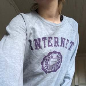 En sweatshirt i strlk m , står internet men tänker man inte på det så ser det ut som en collage tröja! 85kr+frakt