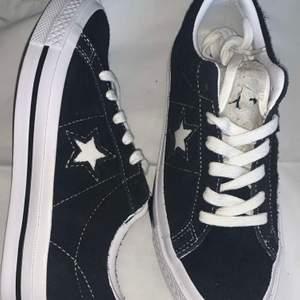 Converse skor helt nya med paket. Aldrig använda och är i storlek 36 men passar även mig med 37. OBS! De två sista bilderna är lånade.