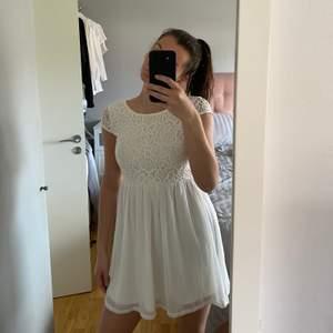 Supersöt klänning som passar perfekt till skolavslutning/student. Står ej storlek men skulle säga en XS, jag bär vanligtvis S och den är lite för tight på mig. Endast använd 1 gång 💖 Frakt tillkommer (säljer fler klänningar, kolla gärna min profil)
