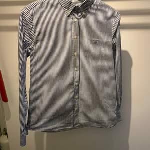 En oanvänd skjorta i märket gant