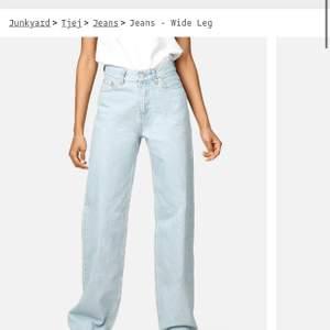 Älskar dessa men har tyvärr vuxit ur dem :(( perfekta jeansen som passar till alla tillfällen💕 köpta på junkyard runt augusti 2020. Använda men har inga fel alls! Dessa sitter otroligt bra baktill!