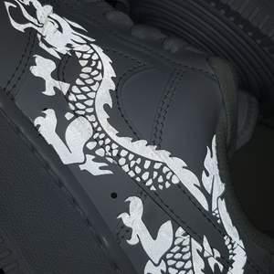 Hej! Vi är ett UF- företag som säljer sneakers med reflexmotiv🥰 skicka in dina skor till oss så designar vi dem med reflex för 299kr eller köp nya genom oss för 299kr + skokostnaden😊. Det går såklart även att beställa/skicka in andra skor än Nike AF1. Skriv meddelande vid intresse💕