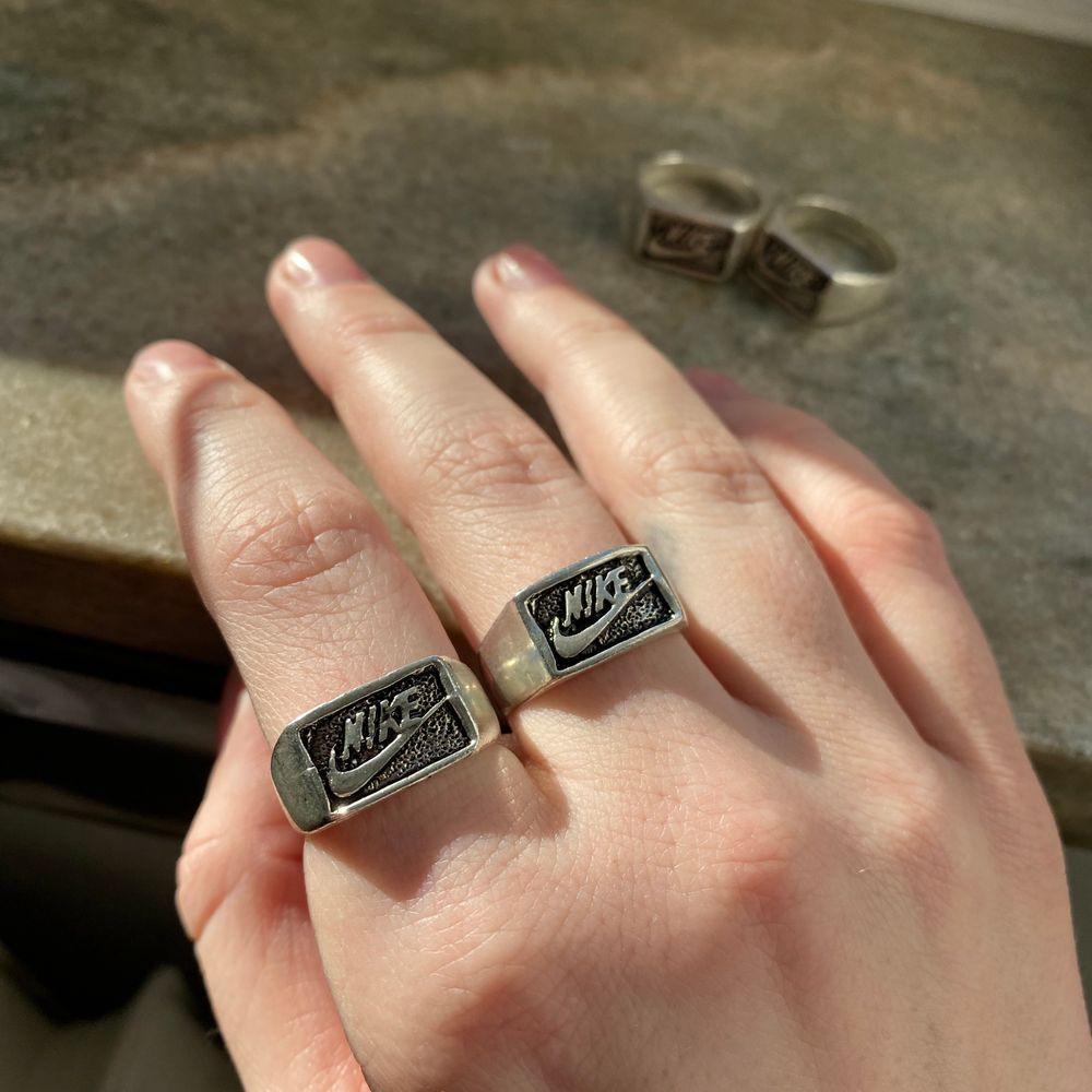 FINNS ANNONSEN KVAR FINNS RINGAR KVAR🌼  Skitcoola unika Nike-Ringar i silverfärg! 80kr styck! Jag vet inte vad det är för material utöver att det är metall! Men man kan måla genomskinligt nagellack på ringen så rostar den inte!                                                                               -Ringarna är 18mm, alltså typ M! Passar mitt pekfinger och långfinger bra!                                                                                Skriv privat om du vill köpa och så länge annonsen finns uppe har jag ringar kvar!💕. Accessoarer.