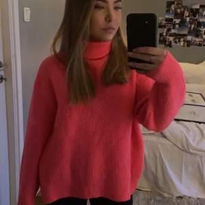 En jätte fin stickad tröja i en cool rosa neon färg. Storlek XS men sitter lite oversize. Använd max 3 gånger. Köparen står för frakt!