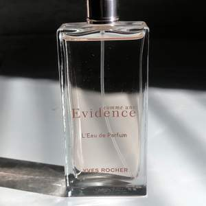 Evidence parfym från Yves rocher 50ml. Köpt för 429kr på Yves rochers hemsida. Använd 2-3 gånger. Frakt ingår i priset