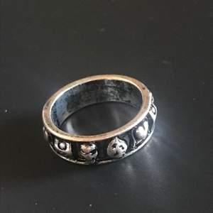 Fett cool ring, säljer dock nu eftersom den inte kommer till användning. 18 mm, normal size. Köp nu! 💯