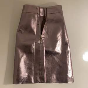 Säljer nu min superfina kjol från Lewis Melly som jag köpt i Köpenhamn för 400kr och säljer nu för endast 200!! Kjolen är ALDRIG använd och i nyskick. Storlek XS men passar mig som är stl M i byxor! 😍