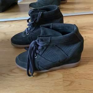 Ett par skor från pavement som aldrig är använda! Köpta för ca 800. Liknar Isabel Marant