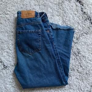 Så fina zara jeans i storlek 32! Tyvärr är de för små numera så hoppas någon annan får nytta av de! De går strax ovanför ankeln på mig som är 161 cm 💕