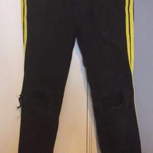 Knappt använda jeans som ser riktigt bra ut. De köptes för 800kr så du får en grym deal. Säljer åt min pojkvän.