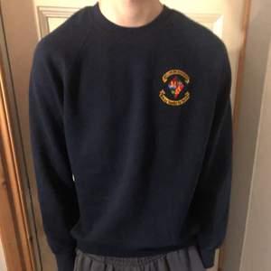 Vintage mörkblå sweatshirt i stl M💖 buda!                                                           Fraktkostnad tillkommer 🥰