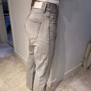 Ett par gråa slim jeans från mango. Storlek 34 - passar en S. Stryker dem innan jag fraktar då de var lite för skrynkliga på bilderna!