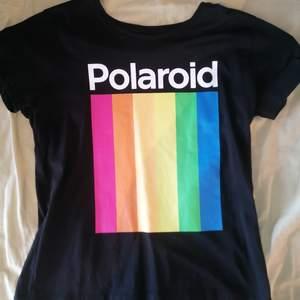Polaroid t-shirt, använd kanske 3 gånger. Köparen står för frakt💛