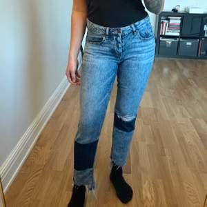 Jeans från Cubus i storlek S. Jag är mer en M/38 och på bilderna ser ni hur dem sitter mig. Låg midja, använda en gång. Köparen står för frakten som tillkommer 💌
