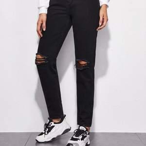 !!intresse koll!! Skriv privat! Helt oanvända! Svarta raka mom jeans som sitter löst längs med benen, bra skick inget skadat sälj pga att jag vill tjäna extra pengar