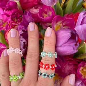🍀Fina Blomringar i massa olika färger🍀                                       🌵 30kr styck (frakt tillkommer)🌵                                              🍄Följ gärna på Instagram @secondjewelryshop för mer smycken och kläder🍄