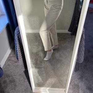 Ett par jeans i färgen beige, använd några få gånger och är i bra skick strl 36 200kr + frakt