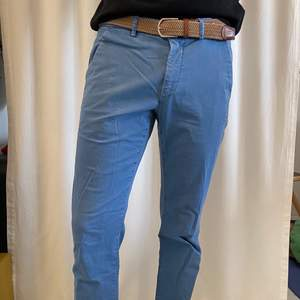 A Blue Mason's trousers, Italian brand. Very handy for summer days and evenings. The only size I can find on it is 50 but I would say it's like a L size trousers or size 34. I can send extra pictures if you'd like. Price new: 100€