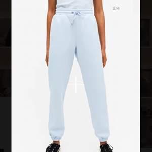 Jag säljer mina supersköna blåa mjukisar eftersom att jag känner att någon annan kan få mer användning av de. Superfina att matcha med en svart eller vit vanlig topp! De är i strl S men jag skulle säga att de är lite oversized. Kom privat för bild!