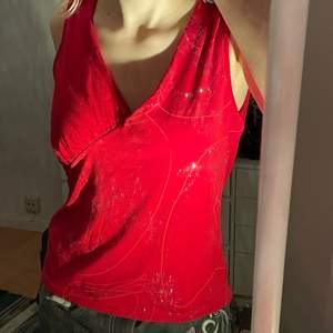 fin röd topp med glitter:) snygg till low waist jeans!! står ingen storlek men jag på bilden har S (skriv privat om ni undrar något)
