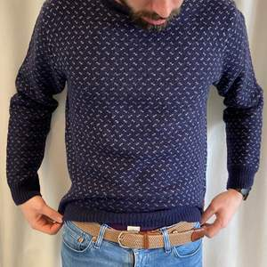A Dockers blue 80% wool pull over size M (almost L). It's a comfortable and warm pull over for winter with a large fit. Quality is extremely good! I can send extra pictures if you'd like. Price new: 110€