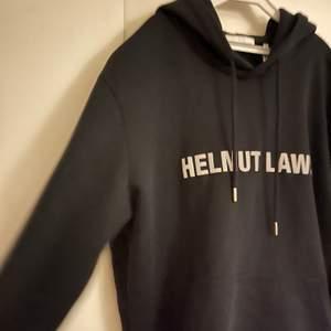 Tjena!  Säljer denna Helmut Lang hoodien köpt i Cph. Nypris runt 3 000kr, säljes för 1000kr. Använd fåååtal gånger och i riktigt bra skick! Text på framsidan i reflex. Köparen står för frakten.