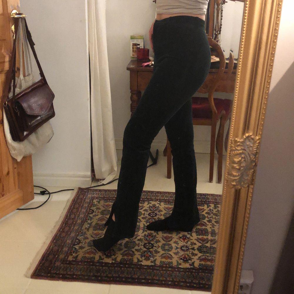 Mörkgröna manchesterbyxor från weekday! Svårt att få färgen på bild, fråga ifall du vill ha bättre :). Jeans & Byxor.