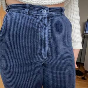 Säljer nu tyvärr mina drömmiga manchester byxor i mörkblå. Dessa är så unika och får ont i hjärtat av att sälja :,(. Får alltid komplimanger, köpta secondhand och så jävla unika och coola. 💙 Fler bilder finns 💙
