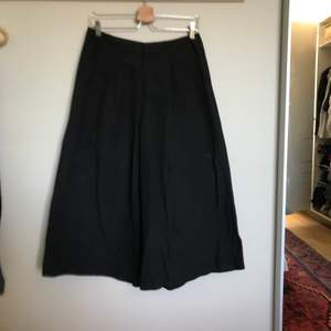 """Snygga ankellånga kjol-byxor i """"prassligt"""" tyg. Köparen står för frakten!"""