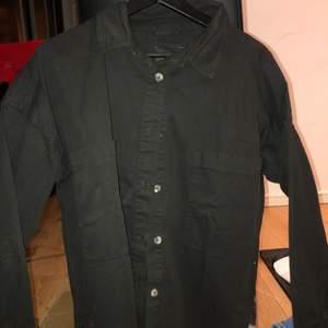 Oversize skjorta, svart i tjockare material från lager 157 i strl S 50kr