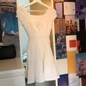 Jättefin miniklänning från hm. Färgen är vit. Passar alla i stoleken mellan 32-36. Har ett blommigt mönster. Aldrig använd. Slutsåld i butik och på hemsidan. Köparen står för frakt, annars kan mötas i Stockholm
