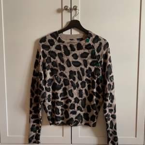 Zadig & Voltaire cashmere tröja. Kommer inte till användning. Nyskick. Beige och grönt/brun/svart djurprint. Tunnt och fint cashmere. Storlek xs, passar även S ✨✨