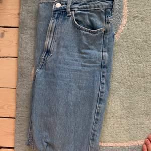 Ett par ljusblå högmidjade jeans från weekday storlek 25/30! Knappt använda