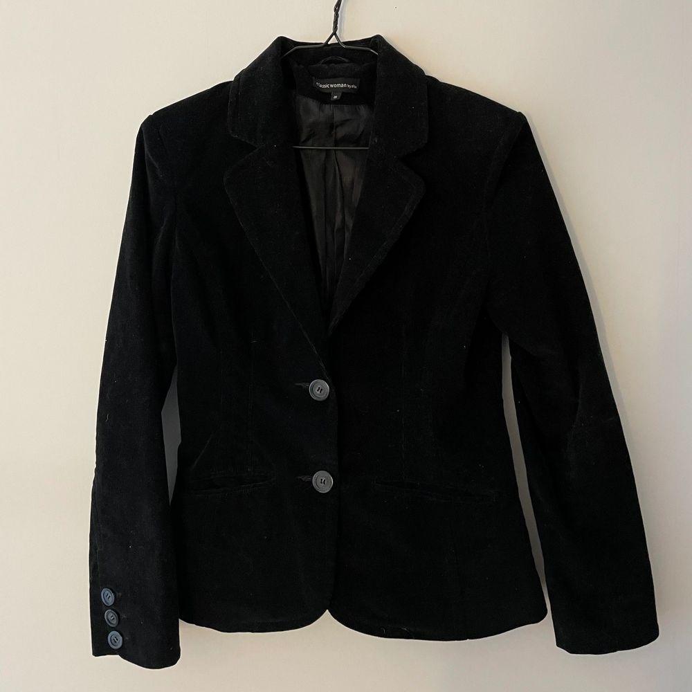 Jättesnygg svart kavaj! Storlek 36 men passar även större/mindre beroende på hur man vill att den sitter!. Kostymer.