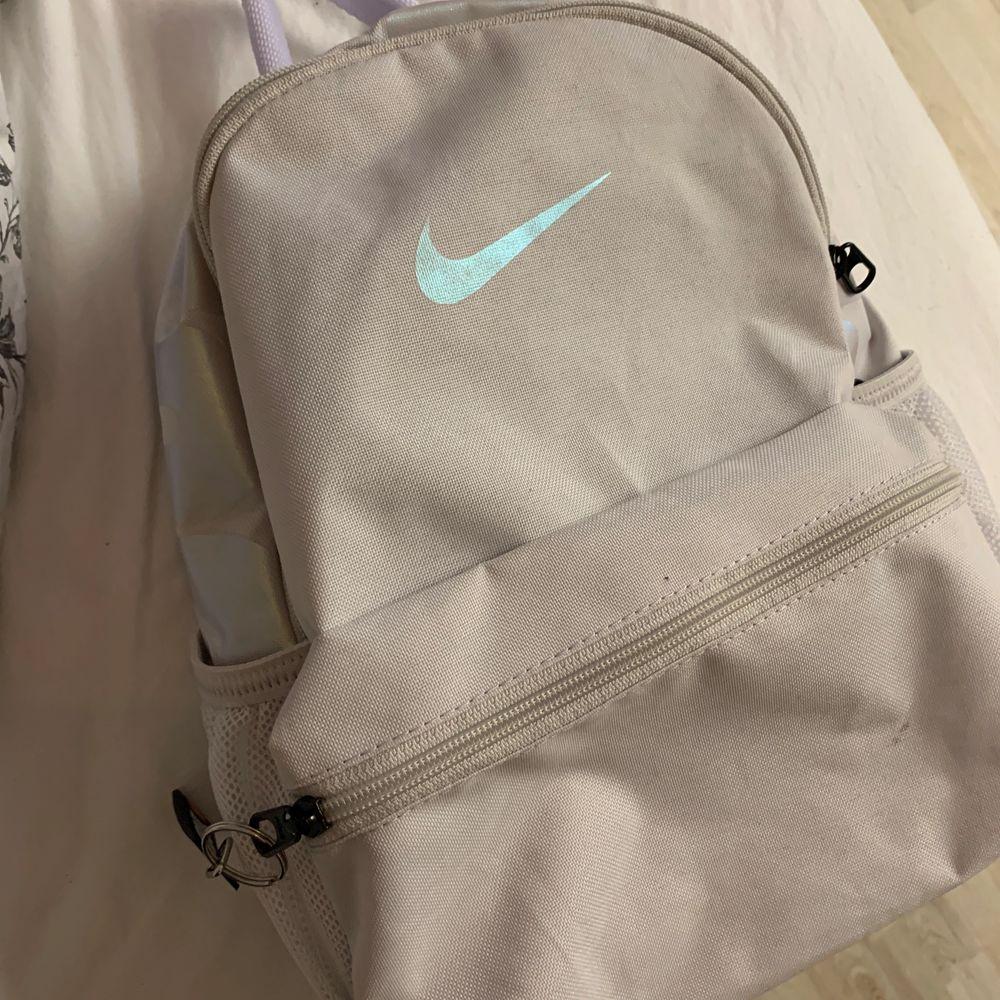 En lite mindre nikeryggsäck i en fin ljus rosa/lila färg 💜💗(syns bäst på sista bilden) Endast använd en gång😚 Kan tänka mig att sänka priset vid snabb affär. Väskor.
