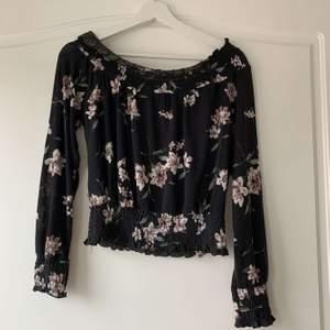 Så fin blus som är offshoulder. Från Gina tricot i storlek xs. Den är svart och har fina rosa blommor på sig och sitter så fint på. Säljs för att den inte längre används då den är för liten, priset kan diskuteras💕💕