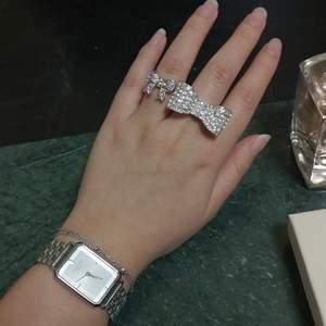 Två silvriga justerbara ringar i form av rosetter. 50kr för båda och frakt ingår. Hör av dig om du undrar något! ☀️