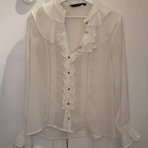 Zara blus i stl S men passar även xs. Väldigt fint skick o passar perfekt till våren. 100 plus frakt!