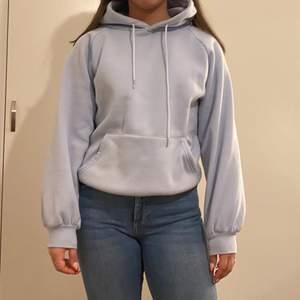 ljusblå hoodie i storlek S, skön och fin